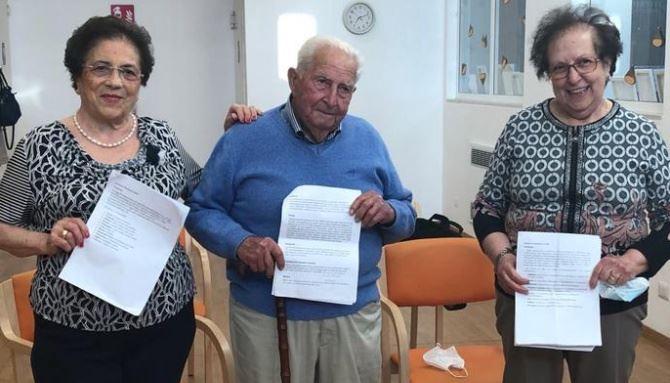 Esami di terza media per tre anziani pugliesi (foto ansa)