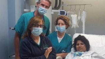 La giovane Hafiza e i medici dell'ospedale di Palermo, foto ansa