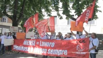 La protesta dei lavoratori delle mense davanti la Prefettura di Cosenza