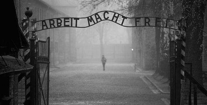 Arbei macht frei (Il lavoro rende liberi) è la scritta all'ingresso del campo di Auschwitz