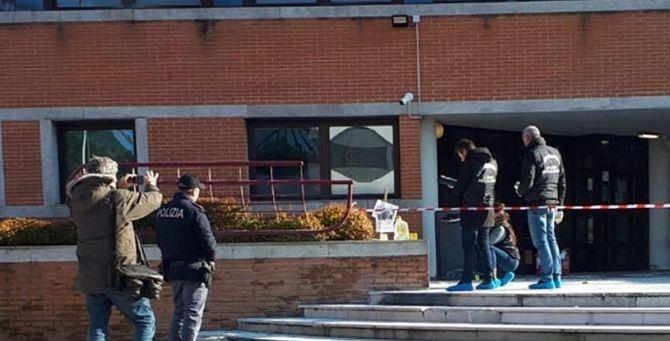 L'area sigillata dalla polizia di fronte la sede del tribunale dei minori di Mestre - Foto Tpi