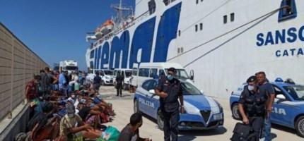 Migranti sul molo di Lampedusa, foto Ansa