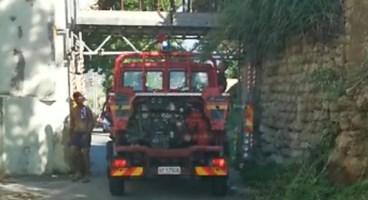 Briatico, ambulanza e vigili del fuoco bloccati dall'arco del mulino: «Vergogna»