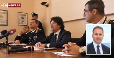 Sullo sfondo, la conferenza stampa dell'inchiesta Cenide. Nel riquadro, Giovanni Siclari