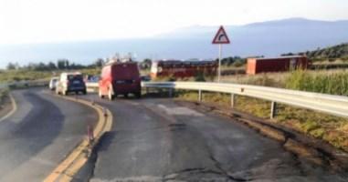 La strada sprofondata nei pressi del cantiere del nuovo ospedale