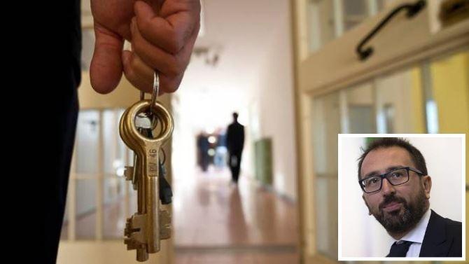 Foto del carcere (La nazione) e il ministro Bonafede (foto Ansa)