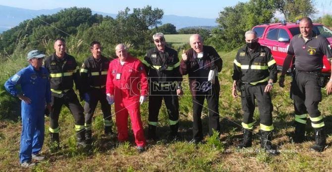 Salvato il pilota caduto con il parapendio a Pizzo (vestito di nero)