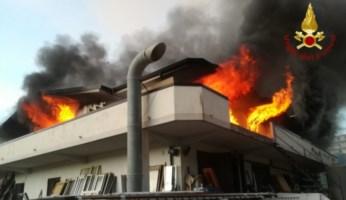 Incendio di uno stabilimento a Roccella Jonica