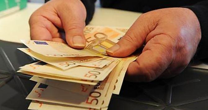 Mazzo di soldi (foto ansa)