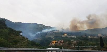 L'incendio sulle colline di Scilla