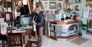 Mario Colaci nel suo studio di Cessaniti