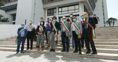 Caos rifiuti, sindaci del Reggino protestano davanti al consiglio regionale