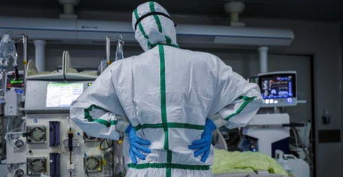 Coronavirus, medico in reparto (foto Ansa)