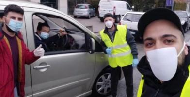 Cinesi distribuiscono mascherine a Nocera. I cittadini: «Una lezione di umanità»