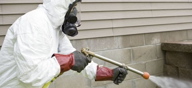Operatore intento a disinfettare le strade (foto seitv)