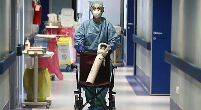 Medico con bombola d'ossigeno, foto ansa
