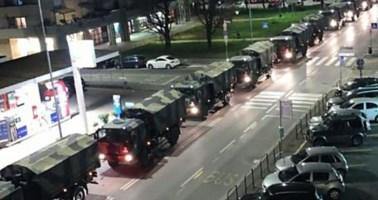 L'esercito porta le bare fuori Bergamo