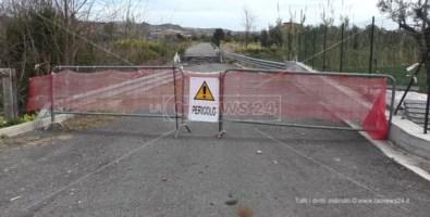 Strada crollata a Cropani, dopo 7 mesi residenti isolati e agricoltori senz'acqua