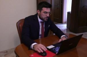 Laurearsi ai tempi del Covid-19, lo studente: «La mia tesi discussa in salotto»