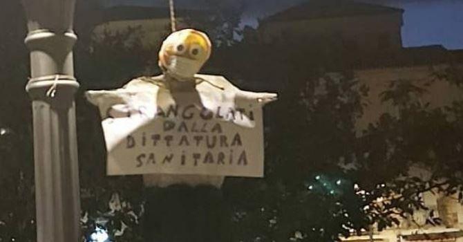 Il fantoccio appeso ad un lampione