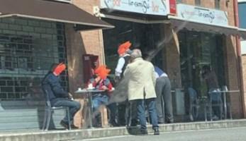 Avventori davanti ad un bar a Catanzaro (foto da facebook)