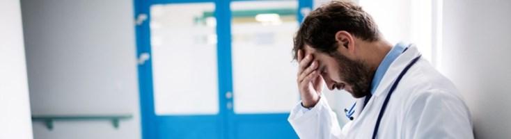 I medici di Crotone: «Moriamo a mani nude, chi dovrebbe proteggerci è invece assolto a priori»