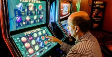 Lamezia, Meet Up e 5 Stelle: «Ludopatici pericolosi, stop a slot machine»