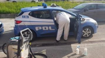 La sanificazione delle auto della Polizia