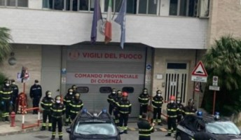 L'omaggio dei vigili del fuoco di Cosenza al collega morto per coronavirus