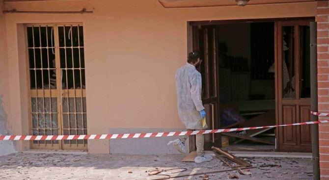 Bomba contro abitazione nel Reggiano (foto Gazzetta di Reggio)