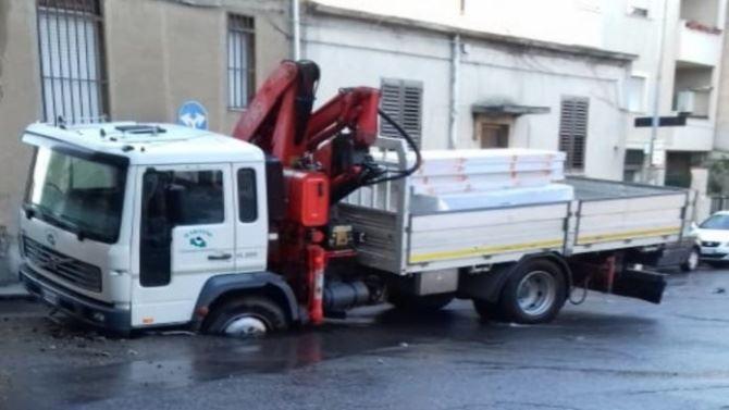 Camion in una voragine a Reggio Calabria