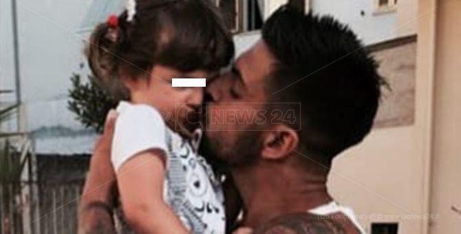 Filippo Sangineto tiene in braccio sua figlia prima della malattia