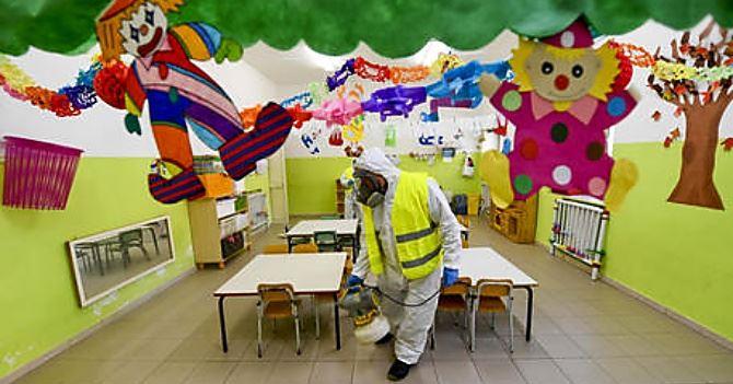 Pulizie in una scuola (foto Ansa)