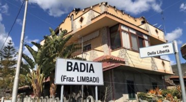 """Il fuoco gli distrugge la casa, i vicini gliela """"ricostruiscono"""": storie di Calabria"""