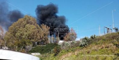Camion in fiamme vicino al depuratore di Catanzaro, paura tra i residenti