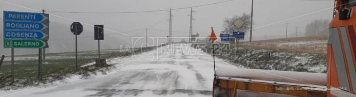 Neve di primavera, provincia di Cosenza imbiancata e temperatura in calo: foto