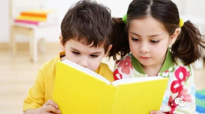 Bimbi impegnati nella lettura (foto ivg)