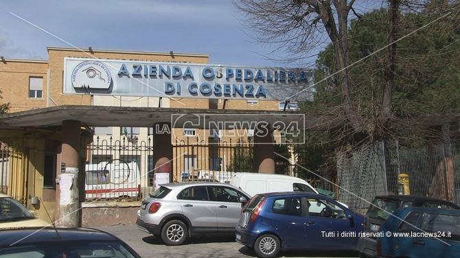 L'ingresso dell'ospedale dell'Annunziata di Cosenza