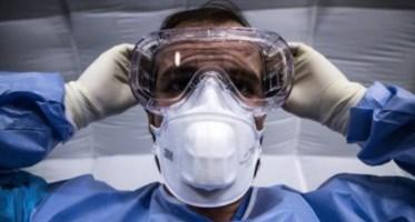 Medico con dispositivi di protezione (foto Ansa)