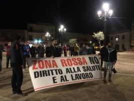 Bovalino, cittadini in piazza contro la zona rossa: «Pronti a consegnare le tessere elettorali»