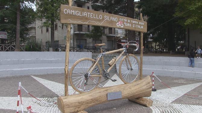 La scultura in legno dedicata a Pino Faraca