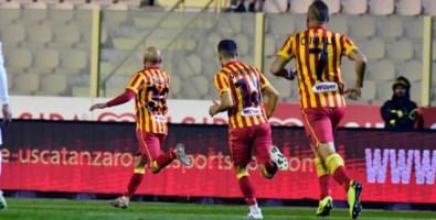 Lega Pro, il Catanzaro batte 2-1 il Foggia: decide un super gol di Carlini