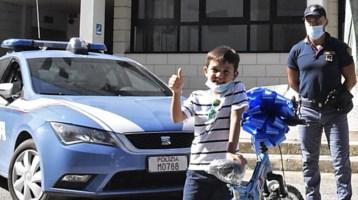 Brindisi, Tommaso e la sua nuova bici regalata dalla Polizia