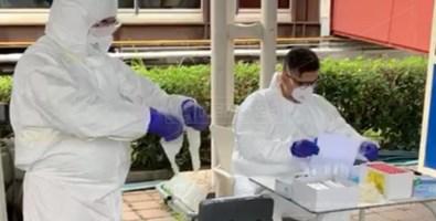 Sanitari al lavoro per effettuare i tamponi all'aeroporto di Lamezia Terme