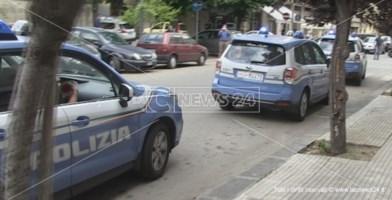 Volanti della polizia davanti la Questura di Cosenza