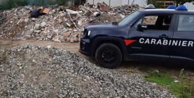 I carabinieri nella discarica abusiva di Reggio Calabria