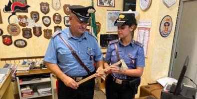 I carabinieri mostrano l'ascia usata nella lite