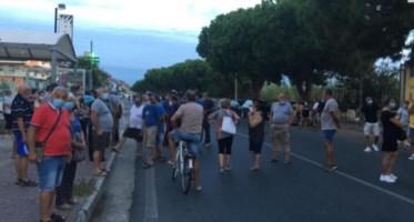 La protesta dei cittadini ad Amantea, foto ansa