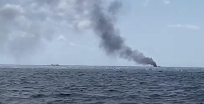L'imbarcazione a fuoco a largo della costa crotonesi