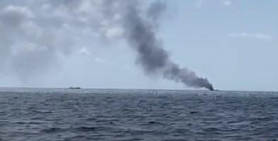 La barca dei migranti in fiamme a largo di Crotone
